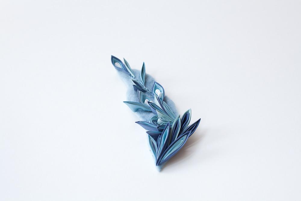 """Broche """"つゆしずく"""" (=Goutte d'eau)  Les matériaux textiles sont en teinture végétale   Taille de motif approximative : 15 cm x 7 cm   Matières : Soie japonaise, laine mérinos, laiton  Plantes principales employées : indigo"""