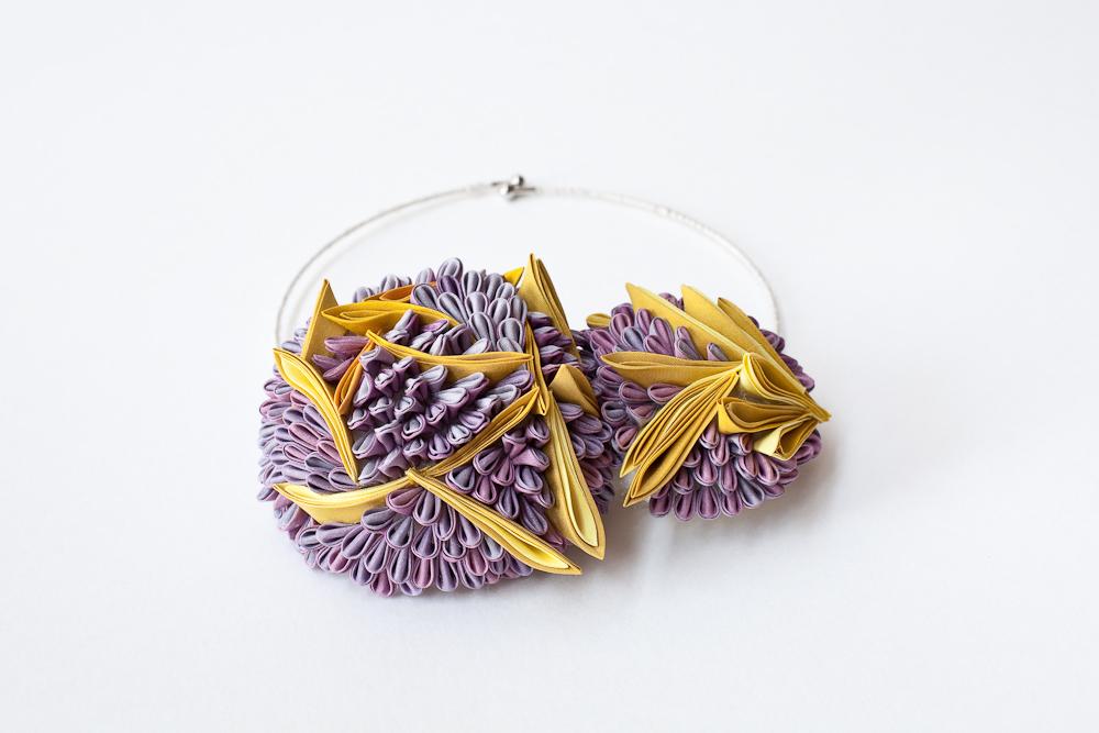 """Collier  紫光 """"Shikou"""" (=Lumière violette)  Les matériaux textiles sont en teinture végétale   Taille de motif approximative : 10 cm x 13 cm   Matières : Soie japonaise, laine mérinos,laiton,  Plantes principales employées : bois de campêche, cochenille,gaude."""