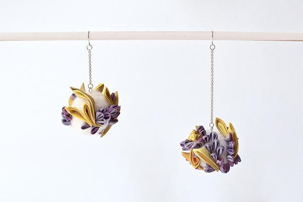 """Boucles d'oreille  紫光 """"Shikou"""" (=Lumière violette)  Les matériaux textiles sont en teinture végétale   Taille approximative : 11 cm x 5 cm, 8 cm x 5 cm,  Matières : Soie japonaise, laine mérinos,laiton,argent 925 (boucles)  Plantes principales employées : bois de campêche, cochenille,gaude,  Fabrication artisanale en France"""