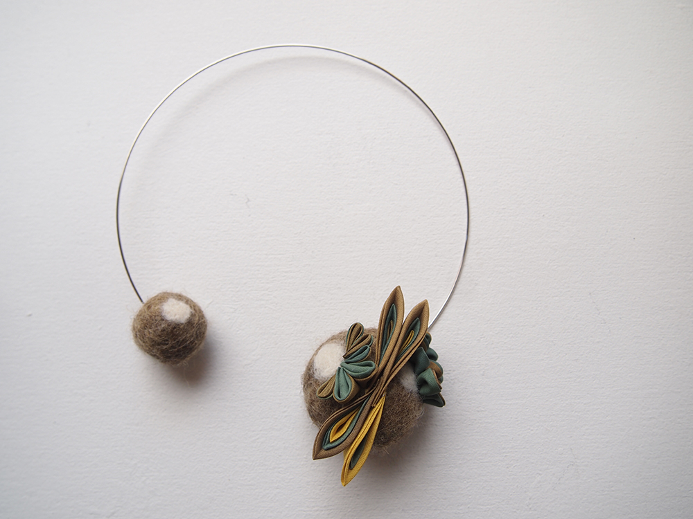 Collier en soie et laine feutrée - gaude et indigo