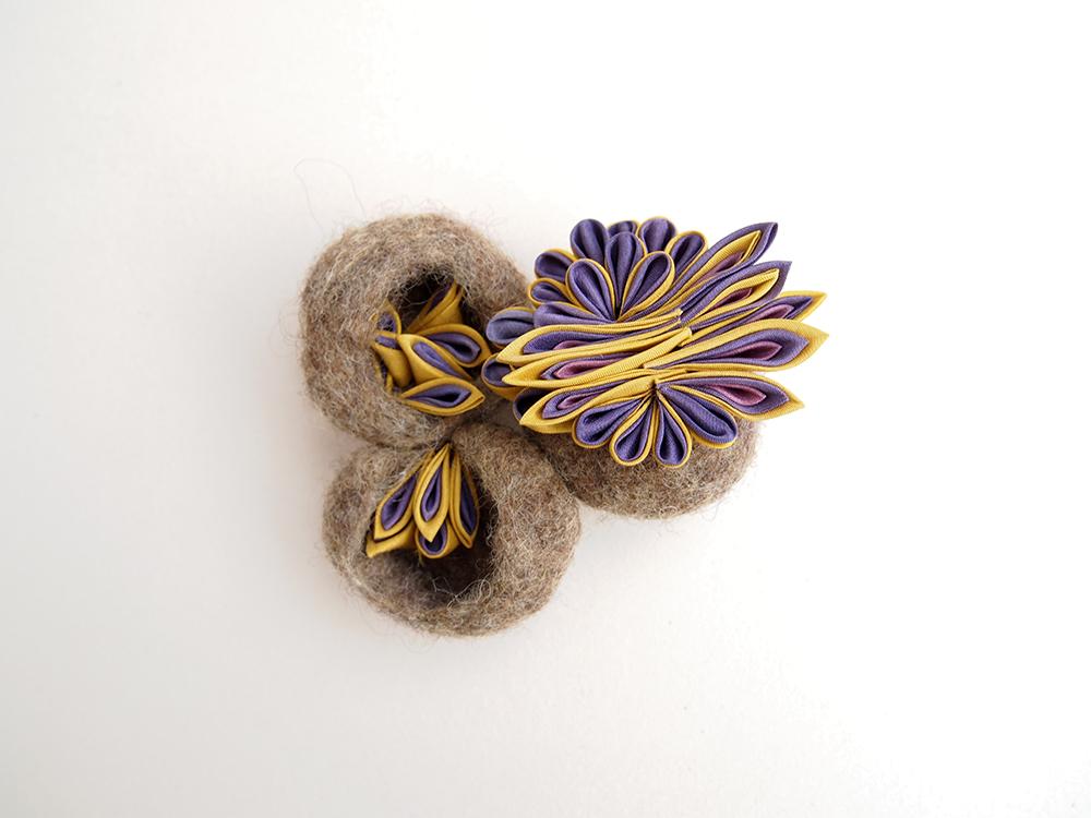 """Broche 紫光 """"Shikou"""" (=Lumière violette)  Les matériaux textiles sont en teinture végétale   Diamètre approximative de broche : 8,5 cm x 8,5 cm   Matières : Soie japonaise, laine mérinos, laiton   Plantes principales employées : gaude,bois de campêche,  Fabrication artisanale en France"""