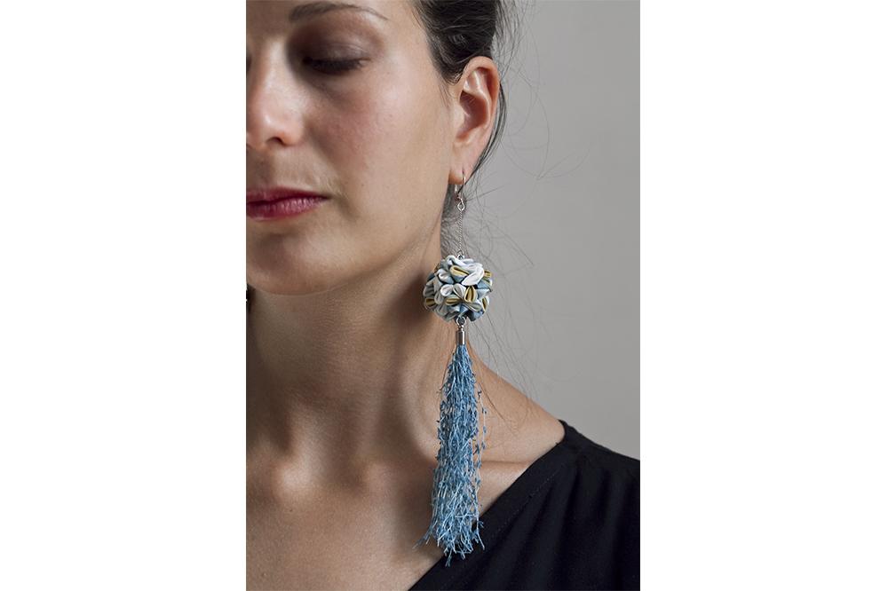 """Boucles d'oreille """"Lanterne japonaise"""",Soie japonaise, laine mérinos, papier, laiton, argent 925 (boucles), indigo, gaude, 3.5 x 17 cm"""