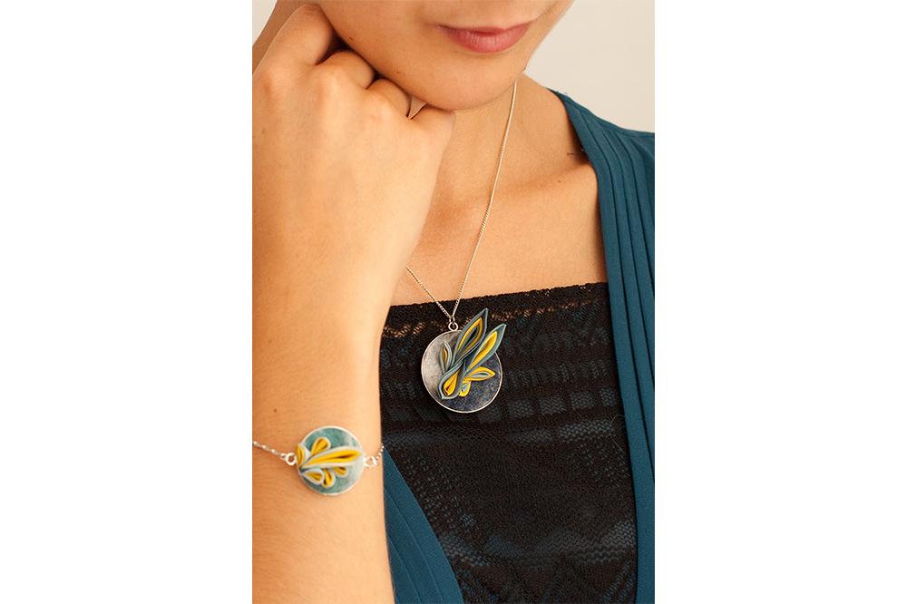 Pendentif et Bracelet en soie et laine, gaude et indigo.