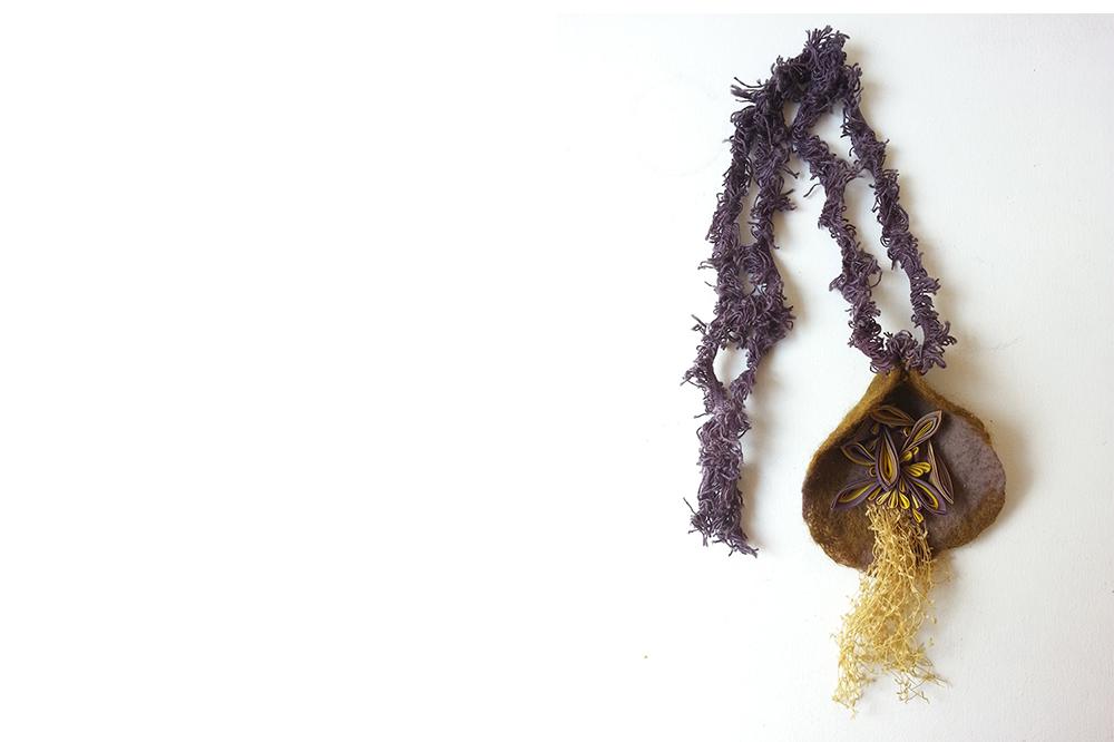 Collier en soie et laine feutrée, fils en coton, bois de campêche, rhubarbe, gaude.