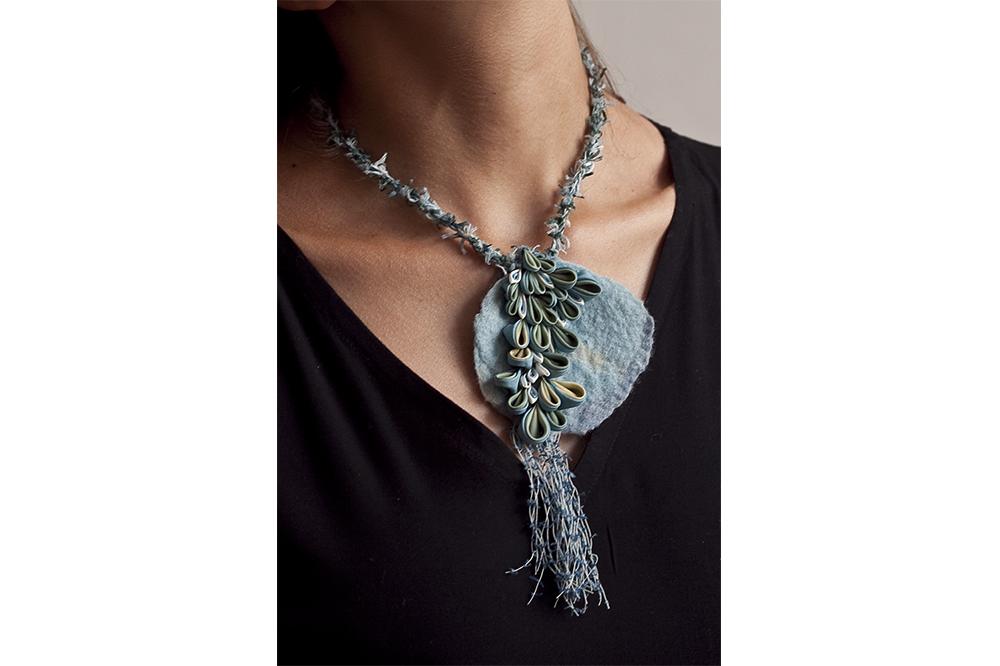 Collier en soie, laine feutrée et fils de coton, indigo et gaude, 8 x 8 cm