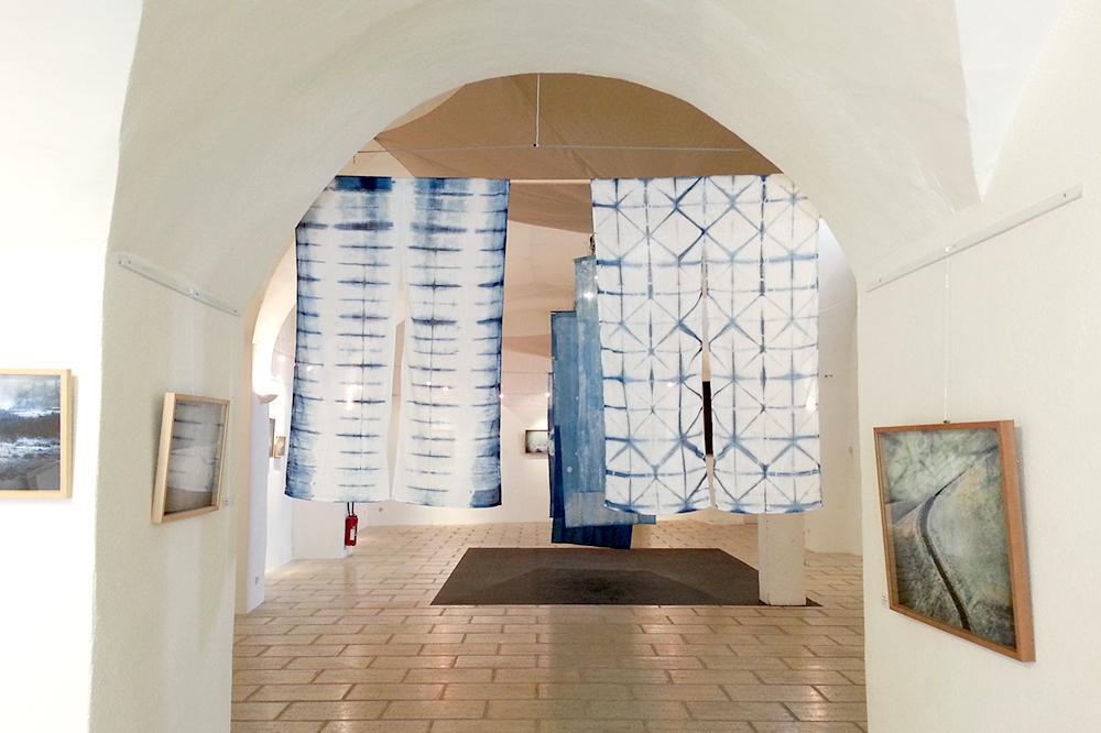 """Noren (rideau japonais) en Shibori    L'exposition """"DIALOGUE"""" à Espace liberté à Crest 2015"""
